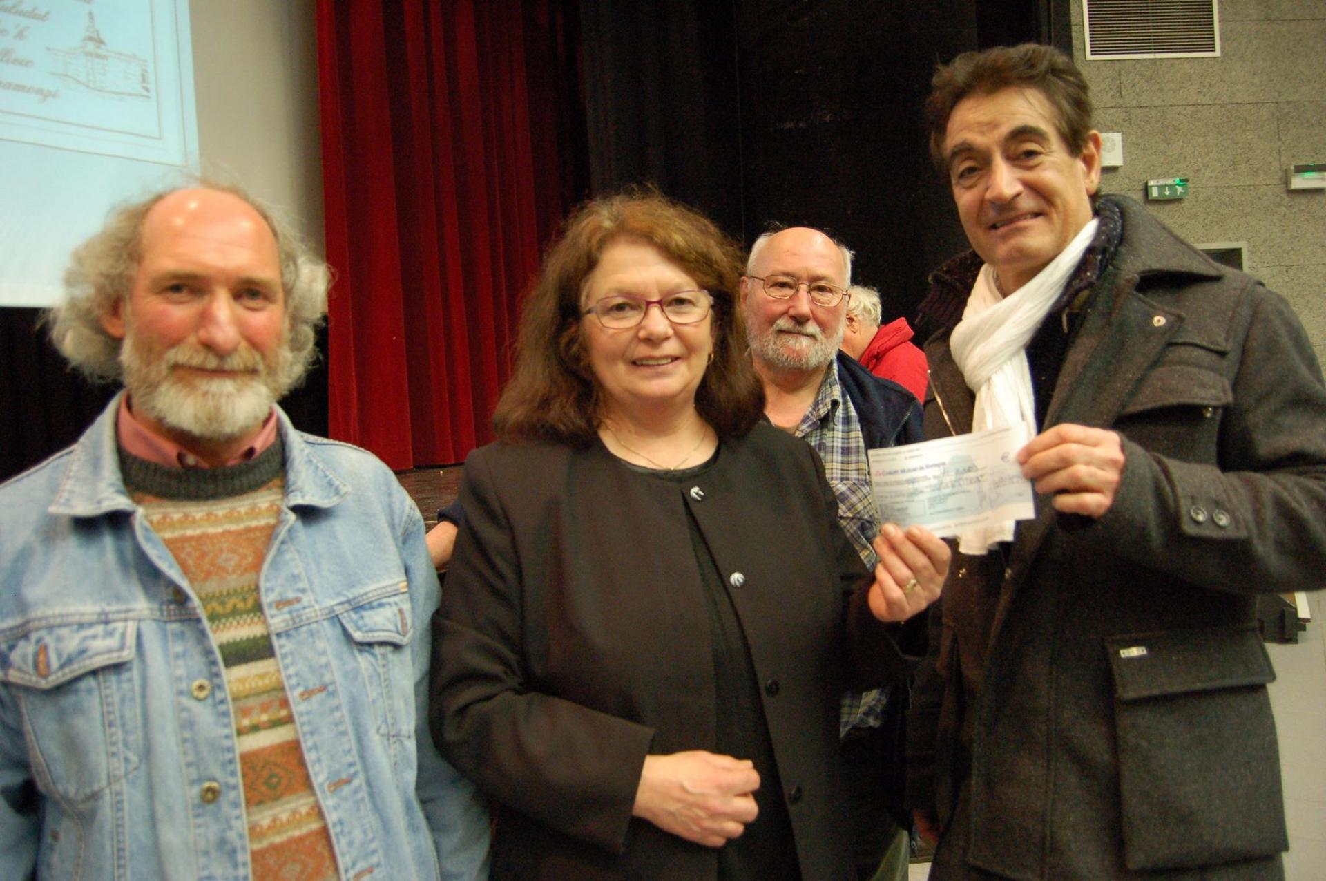 """Le Président des """"Amis du musée de la pêche"""" Dominique Régis remettant le chèque à la présidente de l'association """"Faire vivre le souvenir des oubliés de l'île Saint-Paul""""  en prés"""