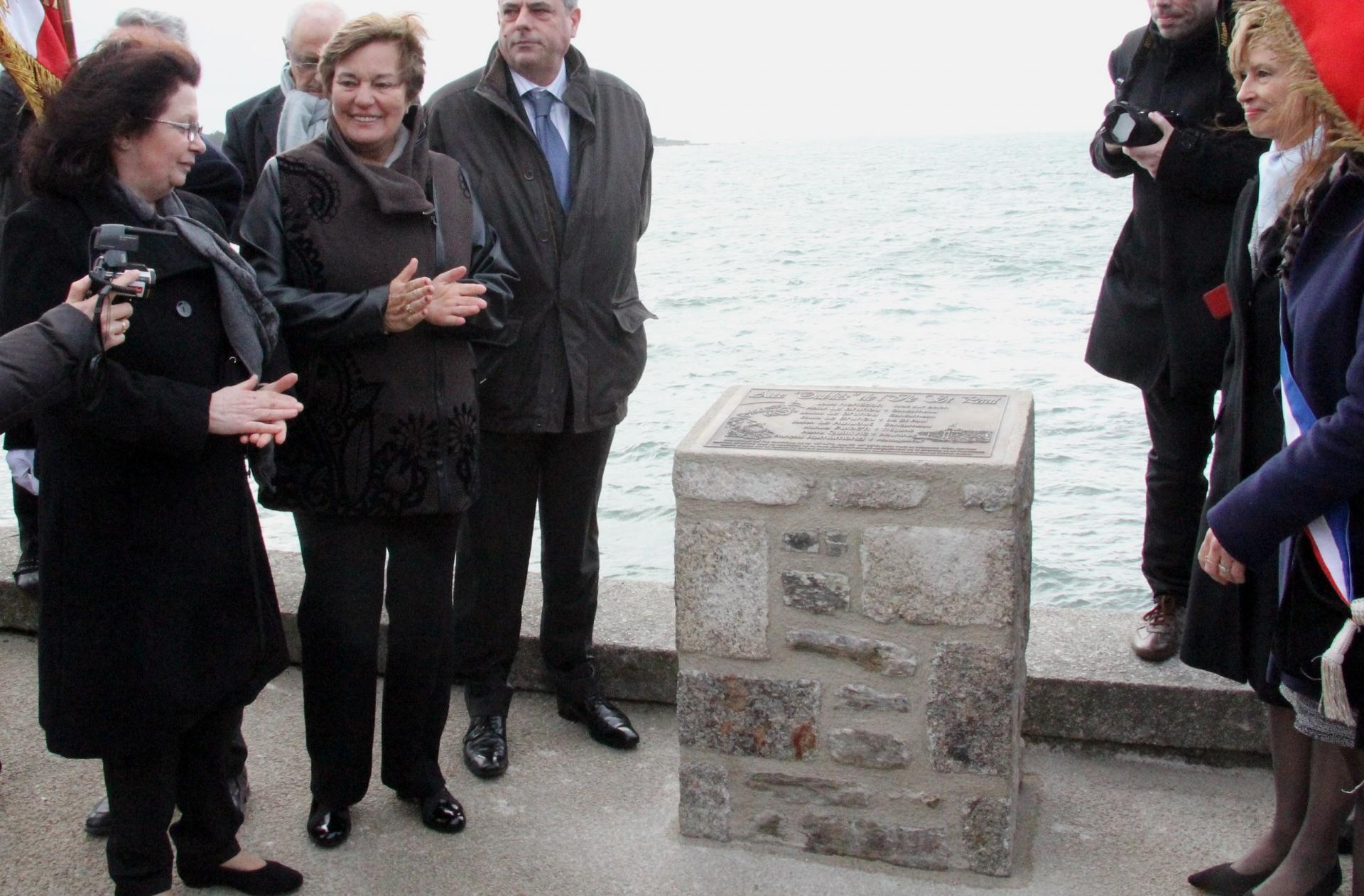 La plaque commémorative, identique à celle déposée sur l'île,  enfin dévoilée